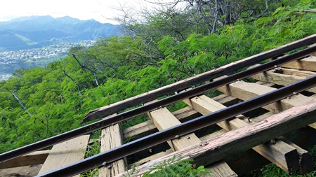 Koko Head Hike: Railway hiking trail going over Koko Crater in Hawaii