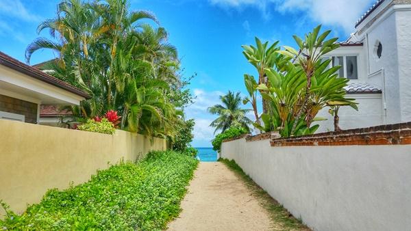Lanikai Beach: Path near parking
