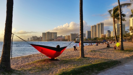 Hawaii packing list: Pack a hammock for the beach sunset in Waikiki!