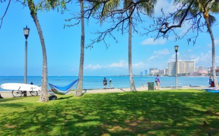 Hawaii packing list: Pack a hammock for the beach park in Waikiki!