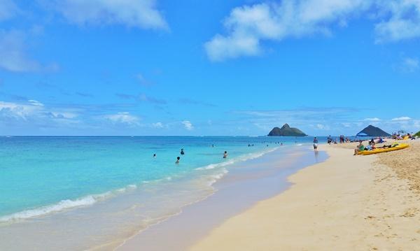 Mokulua Islands: Clear view of Na Mokulua from Lanikai Beach in Oahu Hawaii