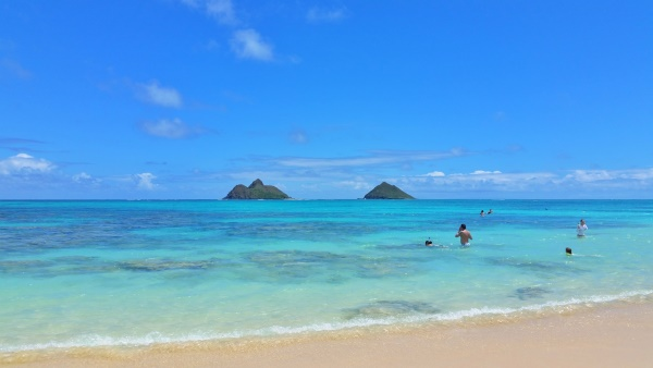 Mokulua Islands: Clear view of Na Mokulua from Lanikai Beach in Oahu Hawaii. With some snorkeling!