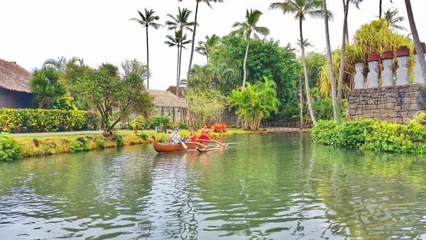 Polynesian Cultural Center, Hawaii: Canoe ride past Polynesian islands