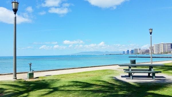 Waikiki Activities Travel Guide: Eating for picnic at park in Waikiki, Oahu, Hawaii. Best things to do in Waikiki.