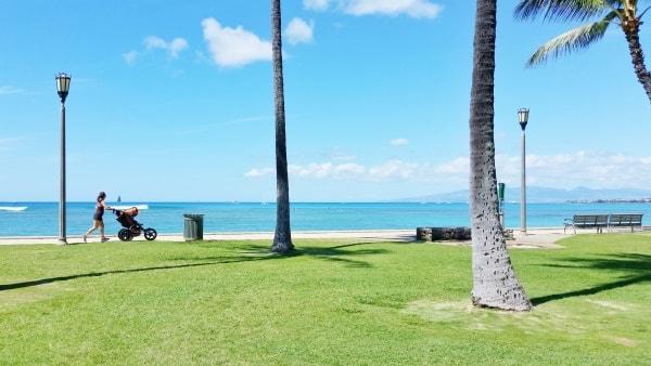Waikiki Activities Travel Guide: Oceanside walking path in Waikiki, Oahu, Hawaii. Best things to do in Waikiki.