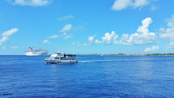 Shore excursions in Grand Cayman cruise port. What to wear on cruise excursions: Best travel bags, backpacks, and travel shoes/sandals for port day. Caribbean cruise.
