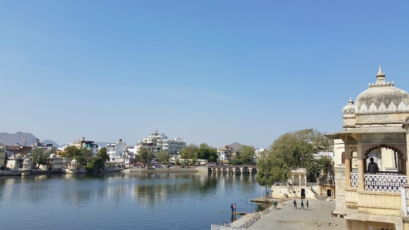Udaipur itinerary, one day: View of Lake Pichola and Gangaur Ghat near Bagore-ki-Haveli. Best places to visit in Udaipur, Rajasthan, India.