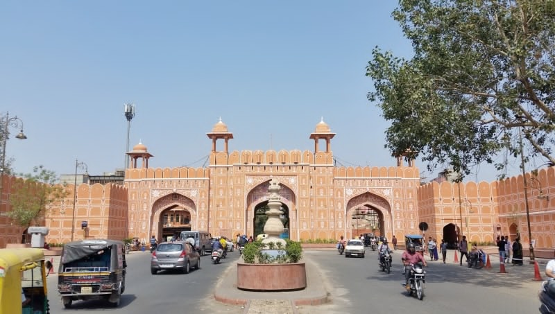 Jaipur itinerary, 3 days: Street shopping in Jaipur, Rajasthan. Pink City, Old City, Ajmeri Gate. Best places to visit in Jaipur, India.